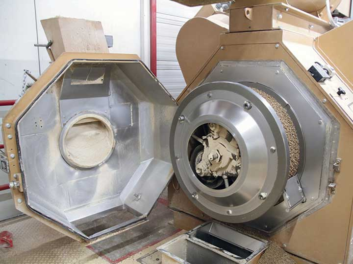 Die Pelletpresse erinnert ein bisschen an eine Wäschetrommel. In der Mitte der Trommel sitzt der gewaltige Antrieb, die Hülle der Trommel ist die Lochmatrize, mit deren Hilfe die Pellets ihre Form erhalten.